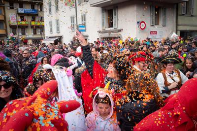 Distribution de confettis dans la foule du carnaval