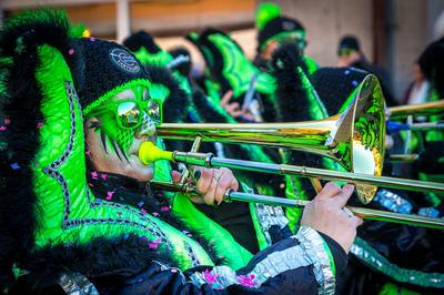Les trombonistes de al fanfare grimés en vert