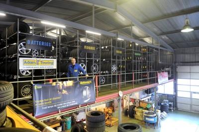 La reserve de pneus chez Adam Touring à Monthey