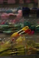 Les fils de toutes les couleurs au centre de couture Bernina à Monthey.
