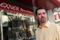 Thomas Exner devant sa bijouterie à Monthey