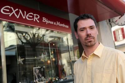 Thomas Exner, créateur de bijoux devant sa bijouterie