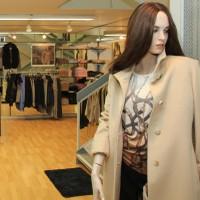 Un mannequin à l'entrée de la Boutique Fémina Mode