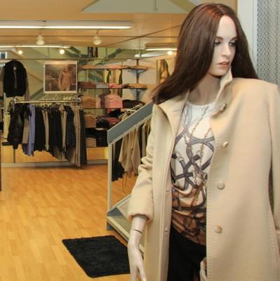 Les pulls et les chemises à la boutique Fémina Mode de Monthey