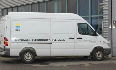 La camionnette de la Société Bühler Electricité à Monthey.