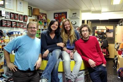 L'équipe de Déclic Photographie Professionnelle à Monthey avec le photograph et gérant à gauche, Charles Niklaus.
