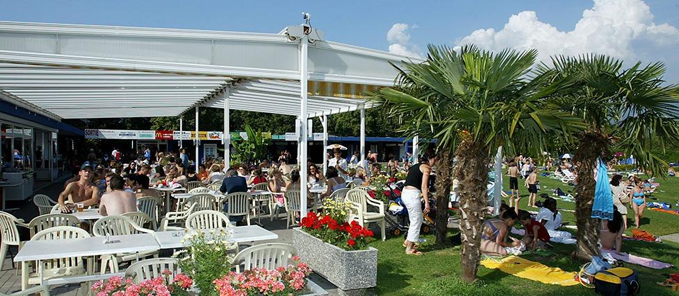 Terrasse du restaurant le Neptune à la piscine de Monthey