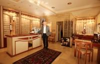 Alain Langel dans son magasin d'optique à Monthey