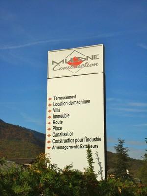 L'enseigne de l'entreprise Multone Construction à Monthey.