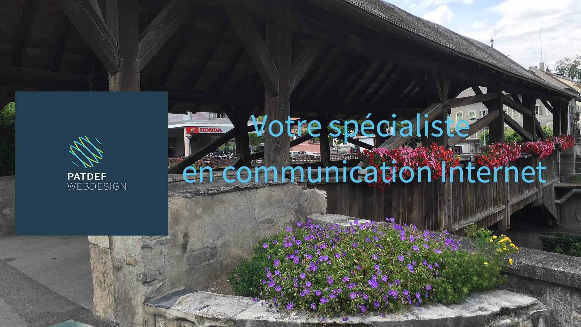 """Image de couverture de PATDEF-webdesign avec le logo, le Vieux-Pont de Monthey et le slogan """"Votre spécialiste en Communication Internet"""""""
