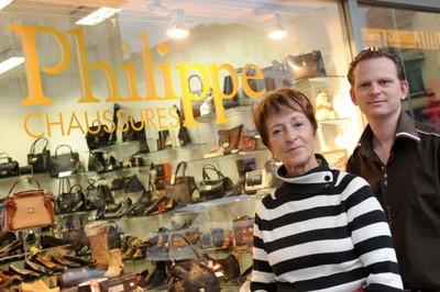 Philippe Kappeler et Barbara Alder devant la vitrine de Philippe Chaussures et Maroquinerie à Monthey