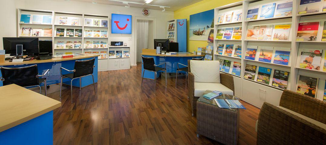 L'intérieur de l'agence de voyages TUI à Monthey